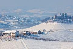 Snöig kullar av Langhe, Italien arkivfoton