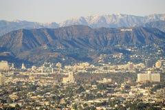 Snöig kullar och Hollywood från Baldwin Hills, Los Angeles, Kalifornien arkivbilder