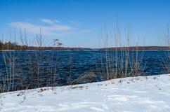 Snöig kust av Glienicke sjön på den Havel floden arkivbild