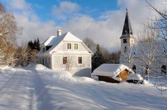 Snöig kyrka Fotografering för Bildbyråer