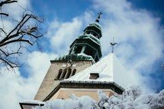 Snöig kyrka i Salzburg, MÃ-¼llnerkirche royaltyfria bilder