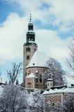 Snöig kyrka i Salzburg, MÃ-¼llnerkirche fotografering för bildbyråer