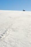 snöig kyrkligt fält Arkivfoto