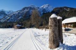 Snöig landskap av Dolomitesberg under vinter Arkivfoto
