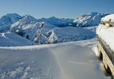 Snöig landskap av Dolomitesberg under vinter Arkivfoton