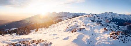 Snöig landskap för berg på solnedgången Royaltyfri Fotografi