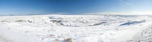 Snöig landskap för engelskavinterbygd Royaltyfri Bild