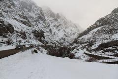 Snöig landskap med bergvägen Arkivfoto