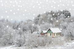 Snöig landskap med det gulliga huset Royaltyfria Foton