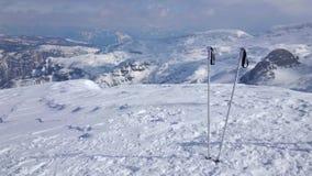 Snöig landskap med skidar poler, den Krippenstein monteringen, Obertraun, Österrike stock video