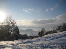 Snöig landskap och moln Arkivfoton