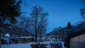 Snöig landskap vid moonrise Arkivbild