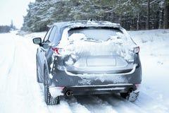 Snöig landsväg med bilen royaltyfria bilder