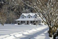 snöig lantgårdhus Fotografering för Bildbyråer
