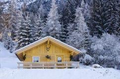 Snöig liggande av Dolomitesberg i vinter Royaltyfri Foto