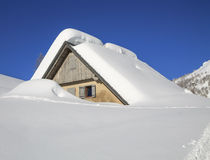 snöig liggandeberg Arkivbild