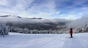 Snöig lutning i bergen Fotografering för Bildbyråer