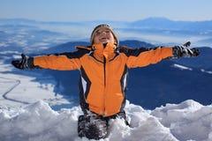 snöig lyckligt berg för pojke Royaltyfri Foto