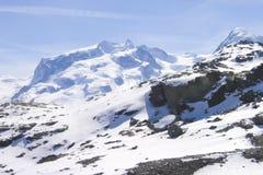 Snöig maxima av de schweiziska fjällängarna i en frostig solig morgon royaltyfri fotografi