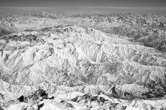 Snöig maxima på berglandskap Jordyttersida Miljöskydd och ekologi reslust och lopp jorda en kontakt vårt royaltyfri fotografi