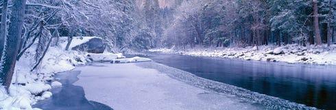 Snöig Merced flod i Yosemite Arkivfoton