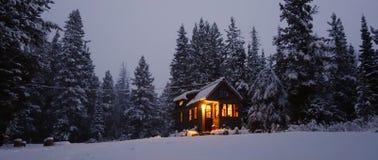 Snöig mycket litet hus arkivbilder