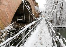 Snöig Nuremberg, Tyskland järnbro (Kettensteg), gamla stadstadsväggar arkivbild