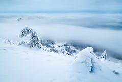 snöig och dimmigt berg fotografering för bildbyråer