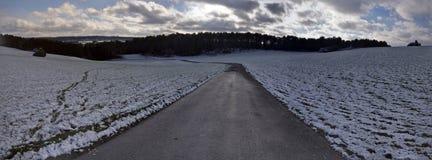 Snöig panorama av landskapet i vinter i Eifelen royaltyfria bilder
