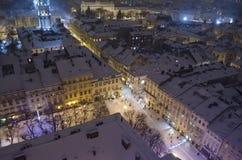 Snöig panorama av Lvov på julafton Royaltyfri Foto