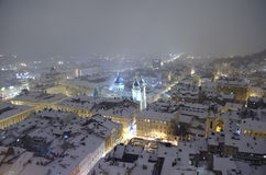 Snöig panorama av Lvov på julafton Arkivbild