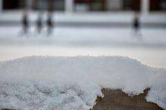 Snöig parkera bänken i morgonen, LÃ-¼ beck, Tyskland arkivbilder