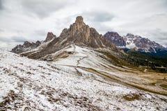 Snöig Passo di Giau i dolomitesna av nordliga Italien royaltyfria foton