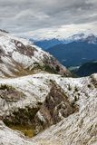 Snöig Passo di Giau i dolomitesna av nordliga Italien royaltyfria bilder