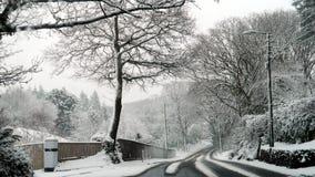 Snöig plats på en landsväg i Budleigh Salterton Devon i England royaltyfri bild