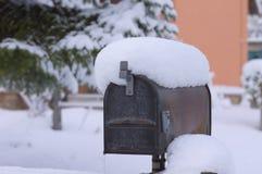 snöig postbox - brevlåda Royaltyfria Bilder