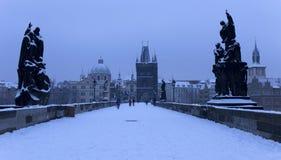 Snöig Prague för morgon gammal stad med brotornet och St Francis av den Assisi domkyrkan från Charles Bridge med dess barocka sta Royaltyfria Foton