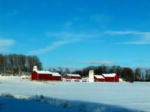 snöig röd plats för lantgård royaltyfri foto