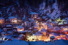 Snöig saga i Bulgarien Natten går ner över den Shiroka Laka byn, Bulgarien royaltyfria bilder
