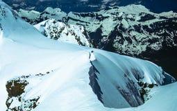 Snöig schweiziska fjällängar royaltyfria foton