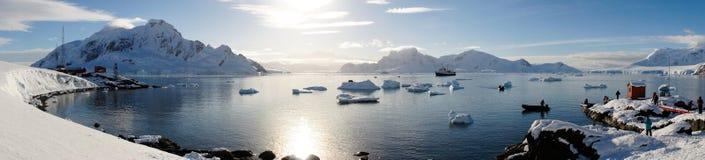 Snöig sikter från den bruna stationen på paradis härbärgerar/ön i Antarktis royaltyfria bilder