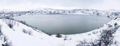 Snöig sjö på vintern Royaltyfri Bild
