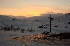 Snöig solnedgång i svenska Lapland arkivfoto
