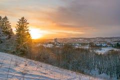 Snöig solnedgång på Trondheim Arkivfoton