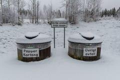 Snöig soptunnor på ett vilaområde nära Filipstad Sverige Arkivfoto