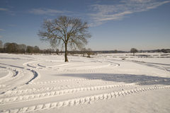snöig spår för liggande Arkivfoto