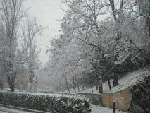 Snöig stads- väg Europa Royaltyfria Bilder