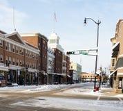 Snöig stadsgata på vintermorgon Royaltyfri Bild