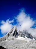 snöig sten för blå bergsky Arkivfoton