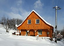 snöig stuga Arkivbilder
